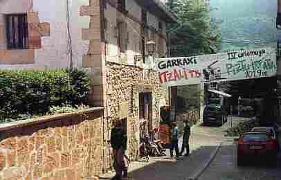 Altsasuko Gaztetxea eta Garraxi Irratia. 2001ko Jaia.